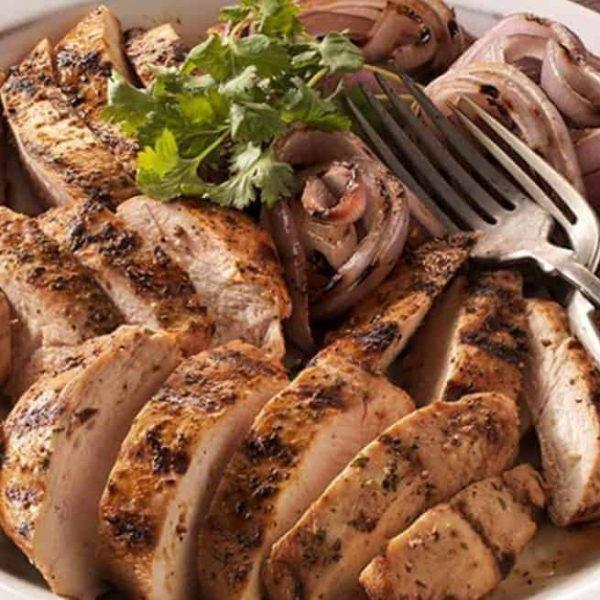 מתכון של וובר נגד התקררות: חזה עוף במרינדת ויטמין C עם בצל צלוי